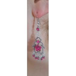 Boucle d'oreilles fleur fushia portée