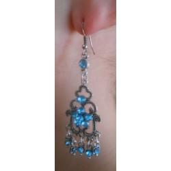 Boucle d'oreilles fleur bleu portée